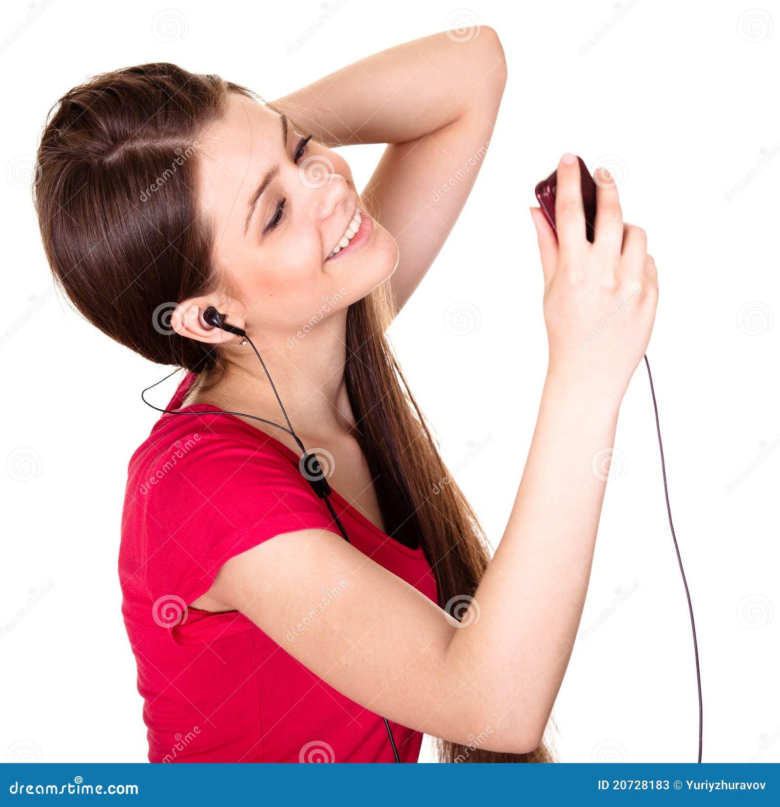 Lächelndes jugendlich mädchen hören musik auf weißem hintergrund