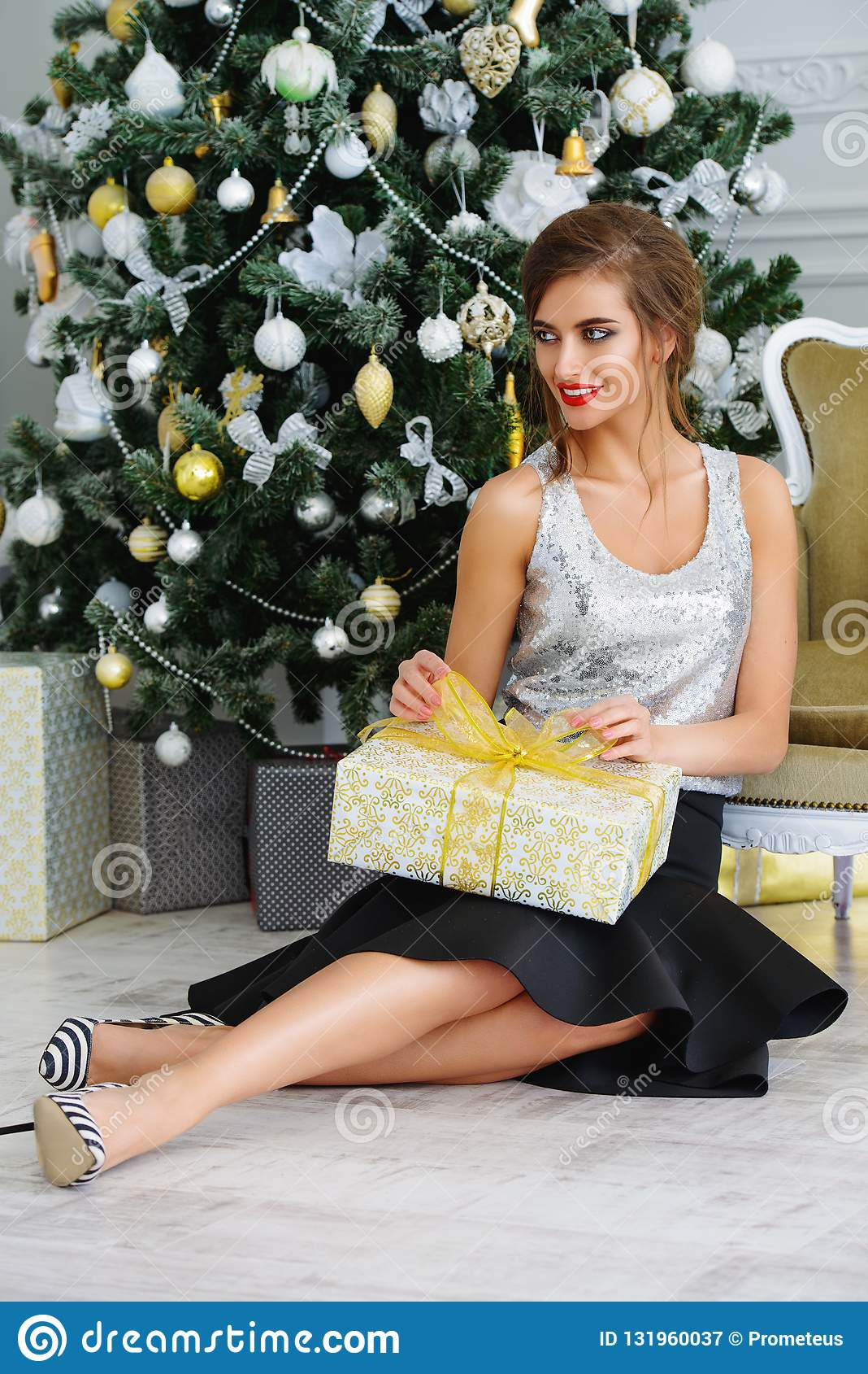 Attraktives Mädchen mit Geschenk