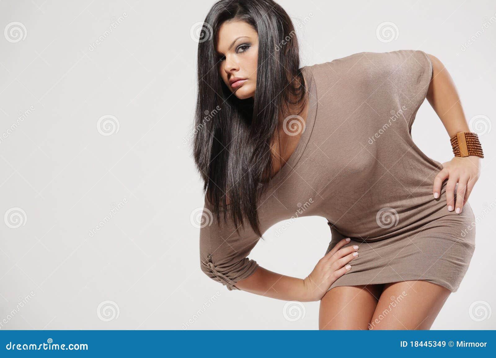 Attraktivt långt kvinnabarn för svart hår