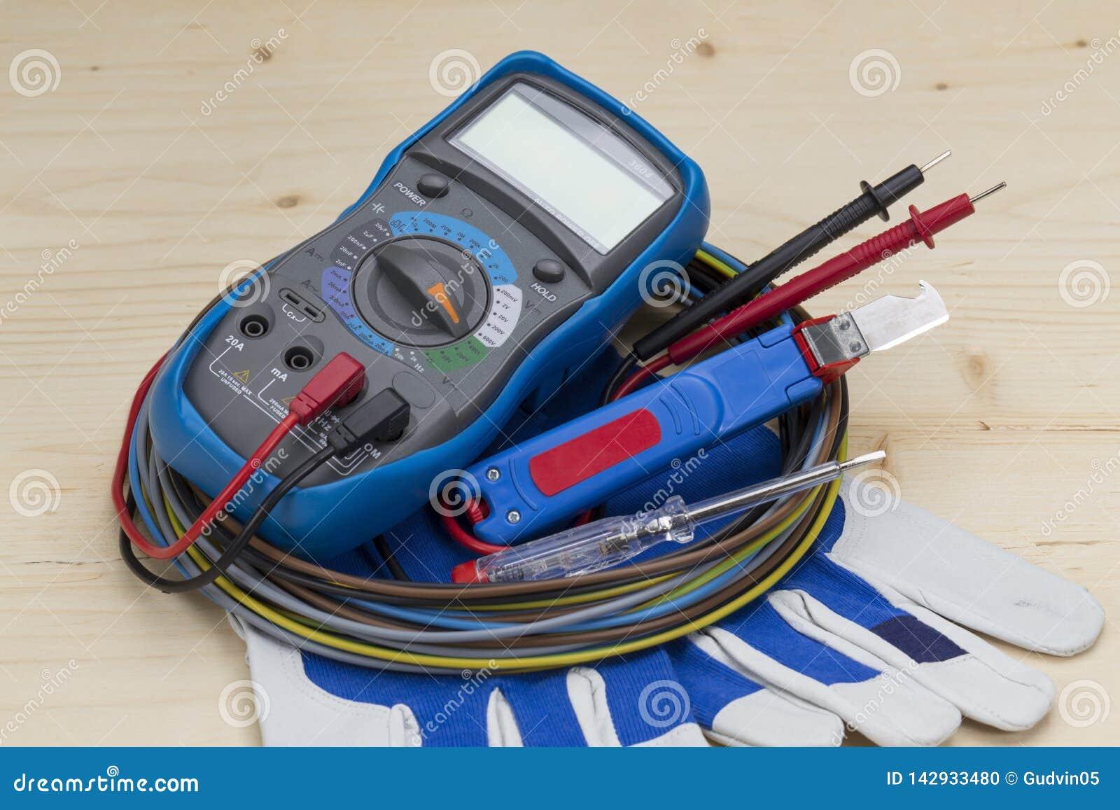 Attrezzatura dell elettricista su fondo bianco tester