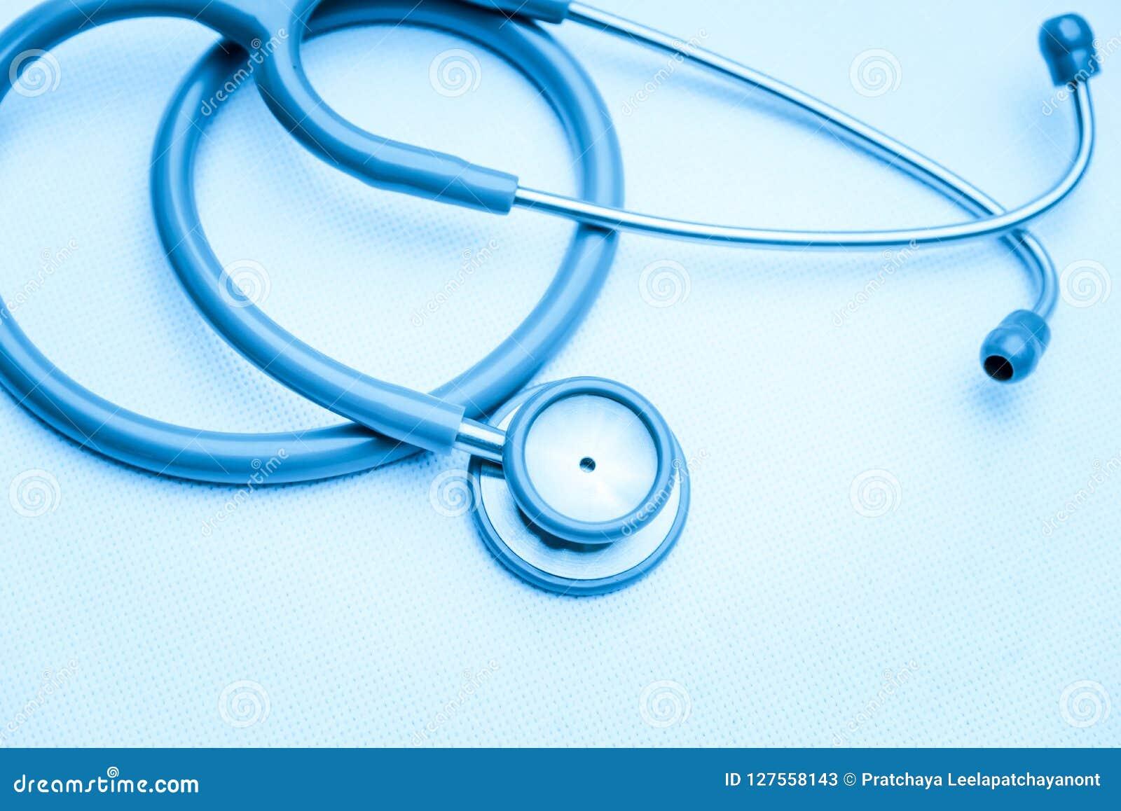 Attrezzatura medica dallo stetoscopio su tela bianca dispositivo degli strumenti per medico Concetto della medicina