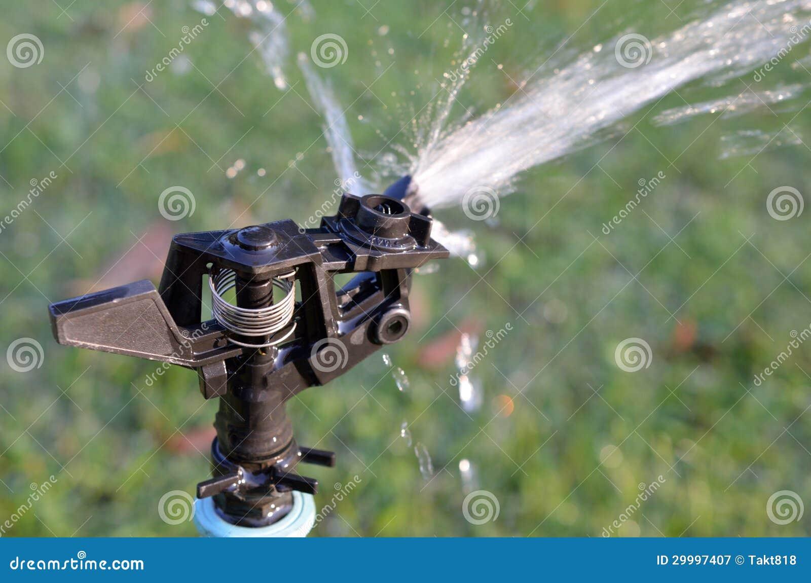 attrezzatura per irrigazione a pioggia di acqua in