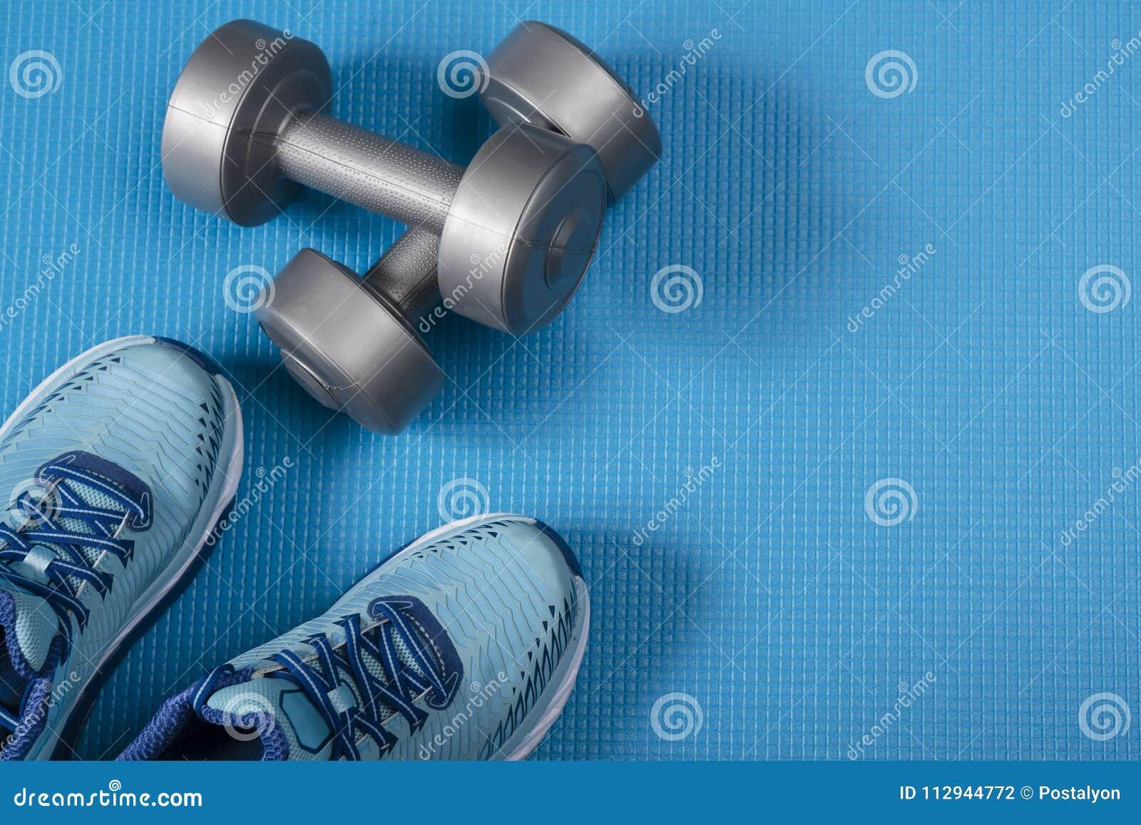 Attrezzature e scarpe di sport su fondo blu Vista superiore