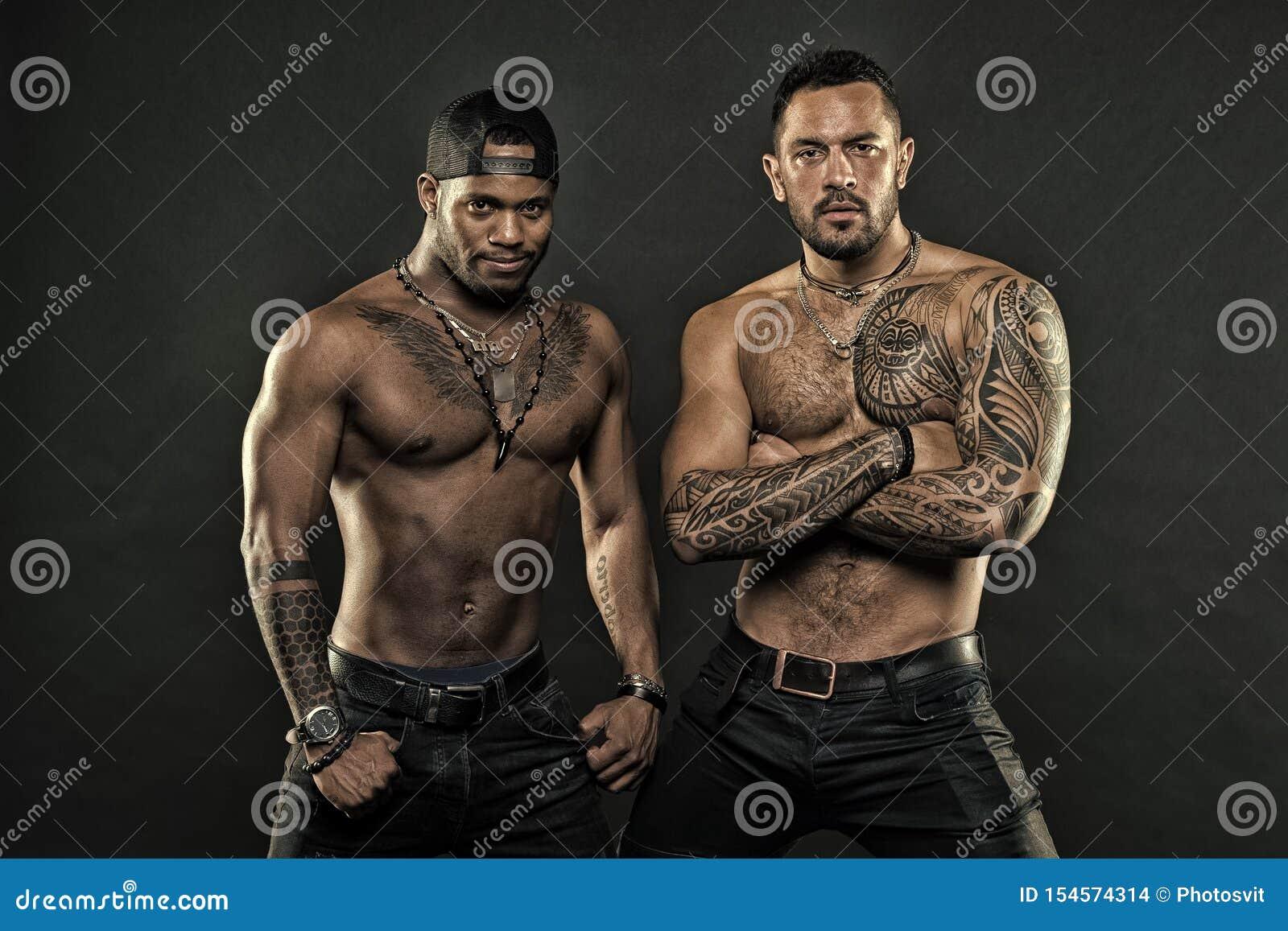 Attribut brutal de tatouage Corps tatou? par aspect hispanique attrayant brutal d hommes Les hommes barbus montrent le torse tato
