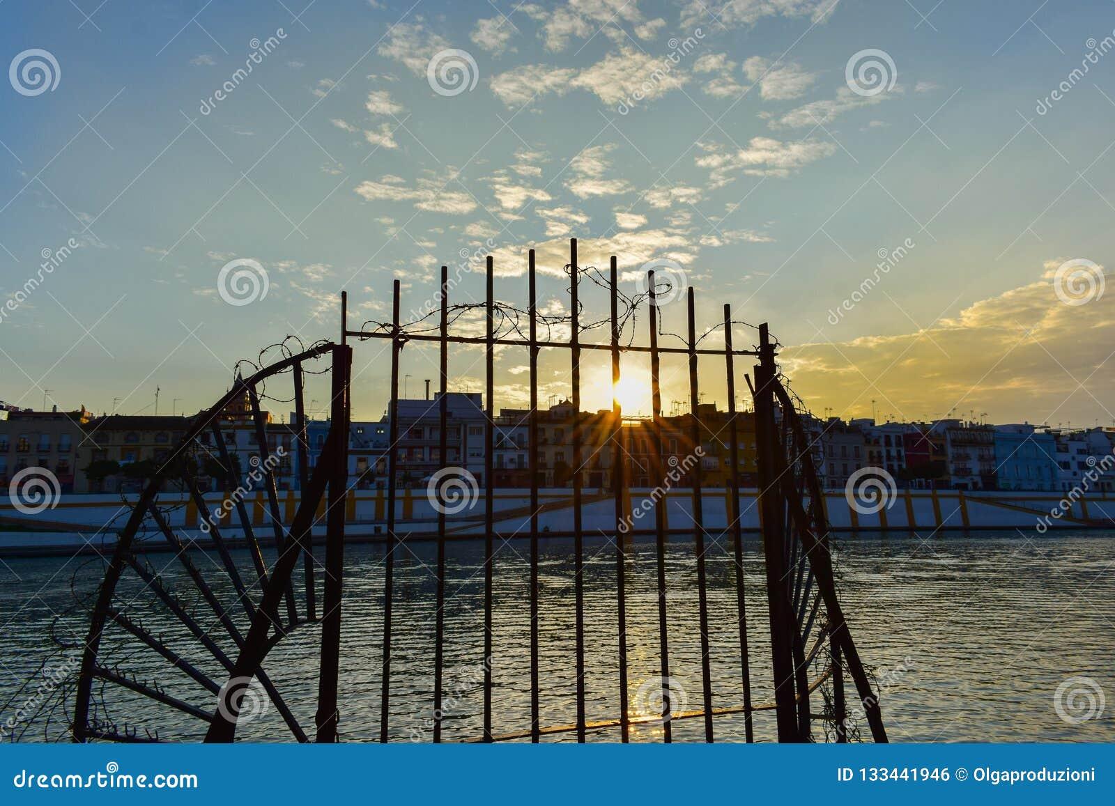Aturdindo o por do sol no rio de Guadalquivir, Sevilha
