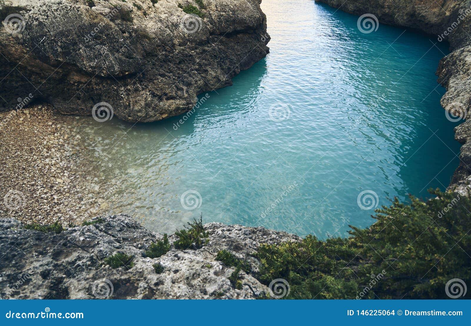 Aturdindo a praia abandonada com água azul