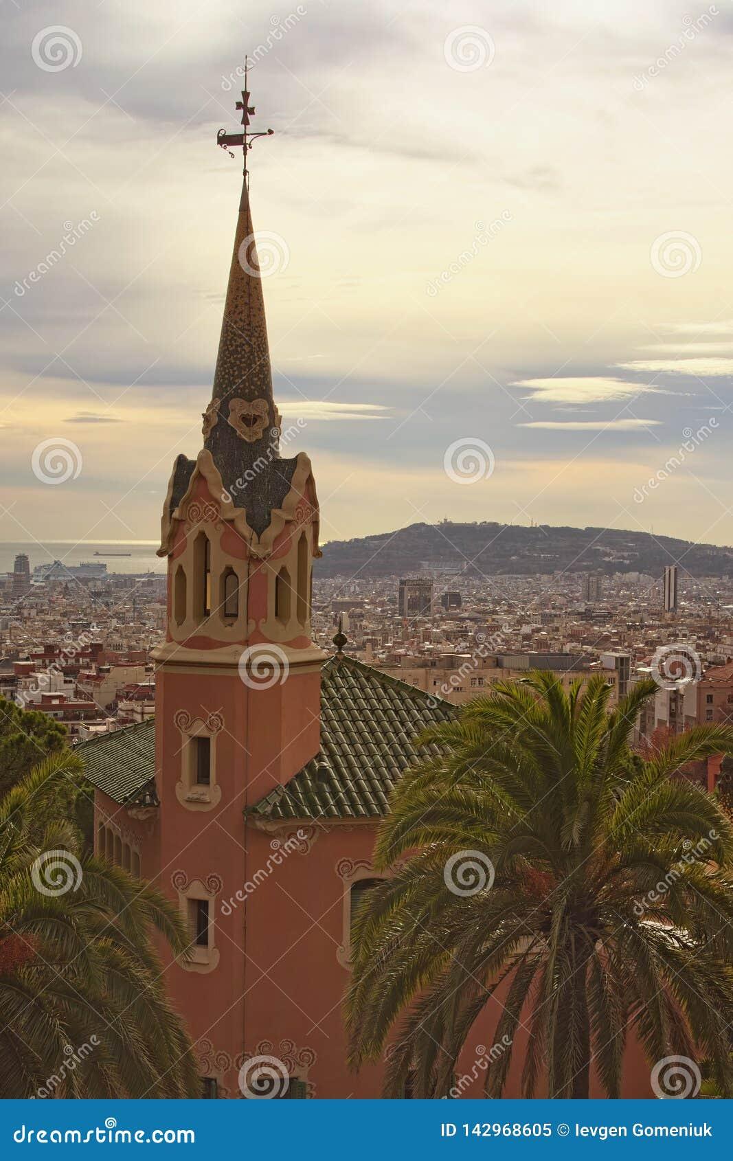 Aturdir la casa con la torre en el parque Guell en día nublado Destino turístico famoso del lugar y del viaje en Barcelona, Españ