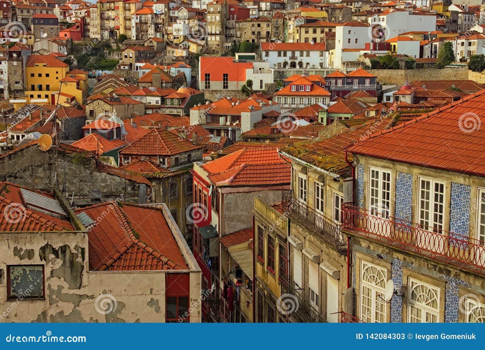 Aturdir la vista aérea de edificios históricos tradicionales en Oporto Casas del vintage con los tejados de teja roja