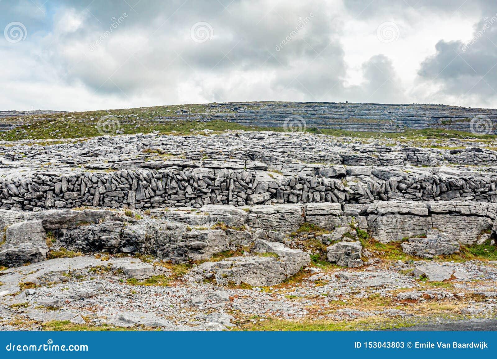 Aturdir paisaje irlandés de una colina de las rocas de la piedra caliza en el valle de Caher y de la cabeza negra