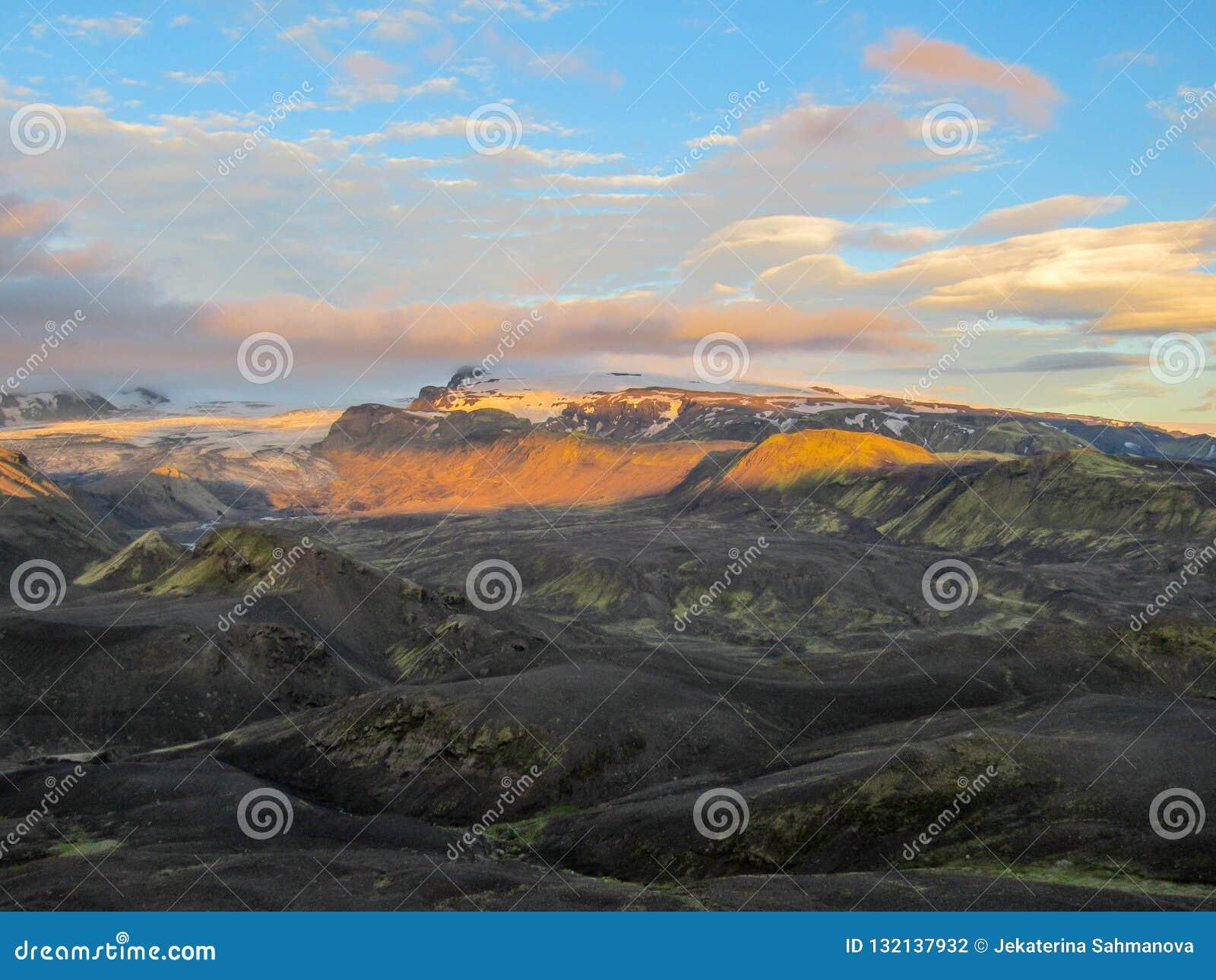 Aturdir puesta del sol con y el glaciar de Myrdalsjokull, caldera de Katla, Botnar-Ermstur, rastro de Laugavegur, Islandia meridi