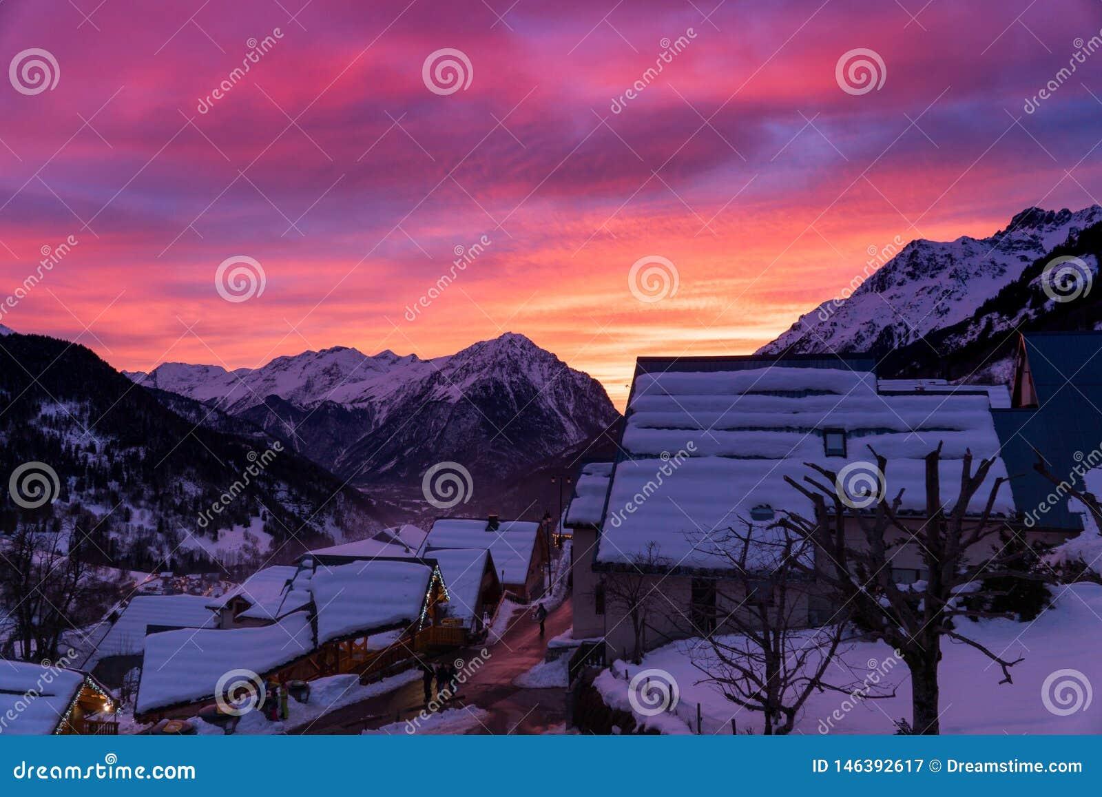 Aturdir puesta del sol en pueblo de montaña francés