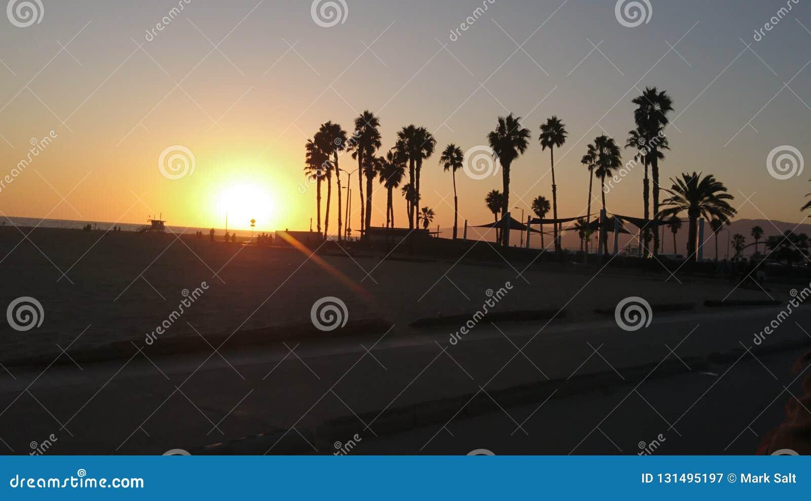 Aturdir puesta del sol sobre Santa Monica Beach