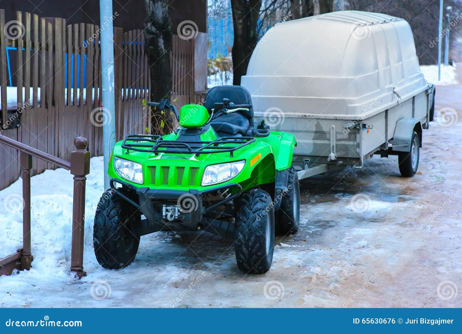 ATV avec la remorque en hiver