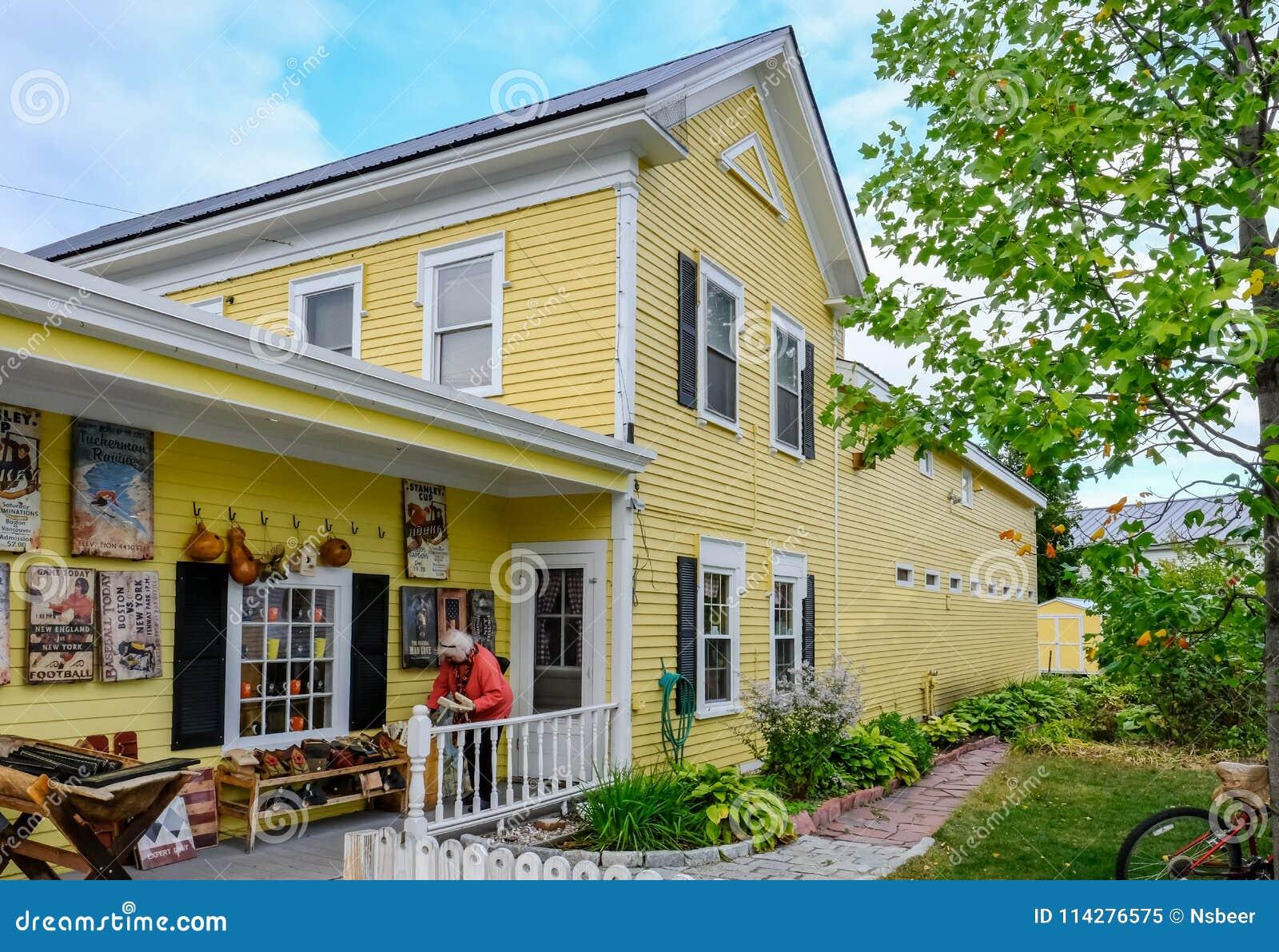 Außenansicht eines berühmten, Bauholz-erbauten Zollamts und des Souvenirladens