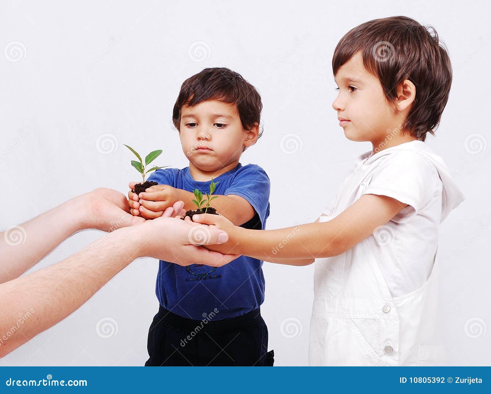 Außer unserer Erde zwei Jungen mit Anlage