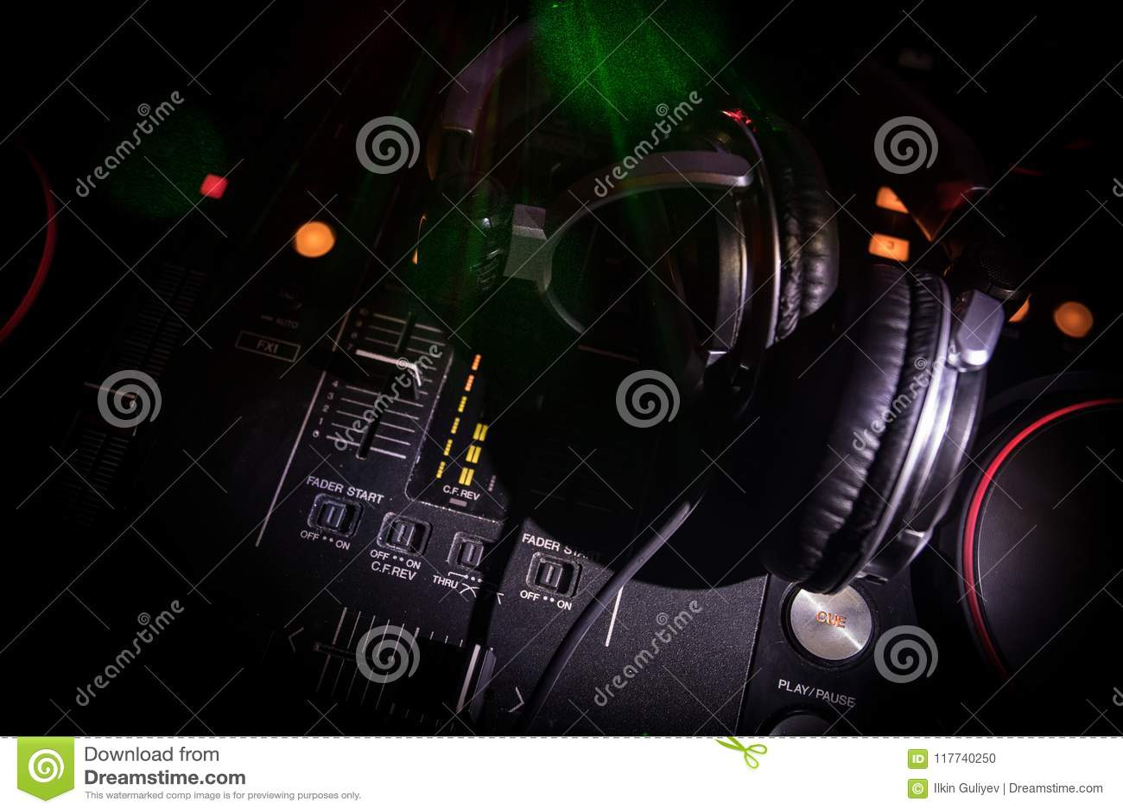 Au centre sélectif du pro contrôleur du DJ Le DJ consolent le bureau de mélange de disc-jockey à la partie de musique dans la boî