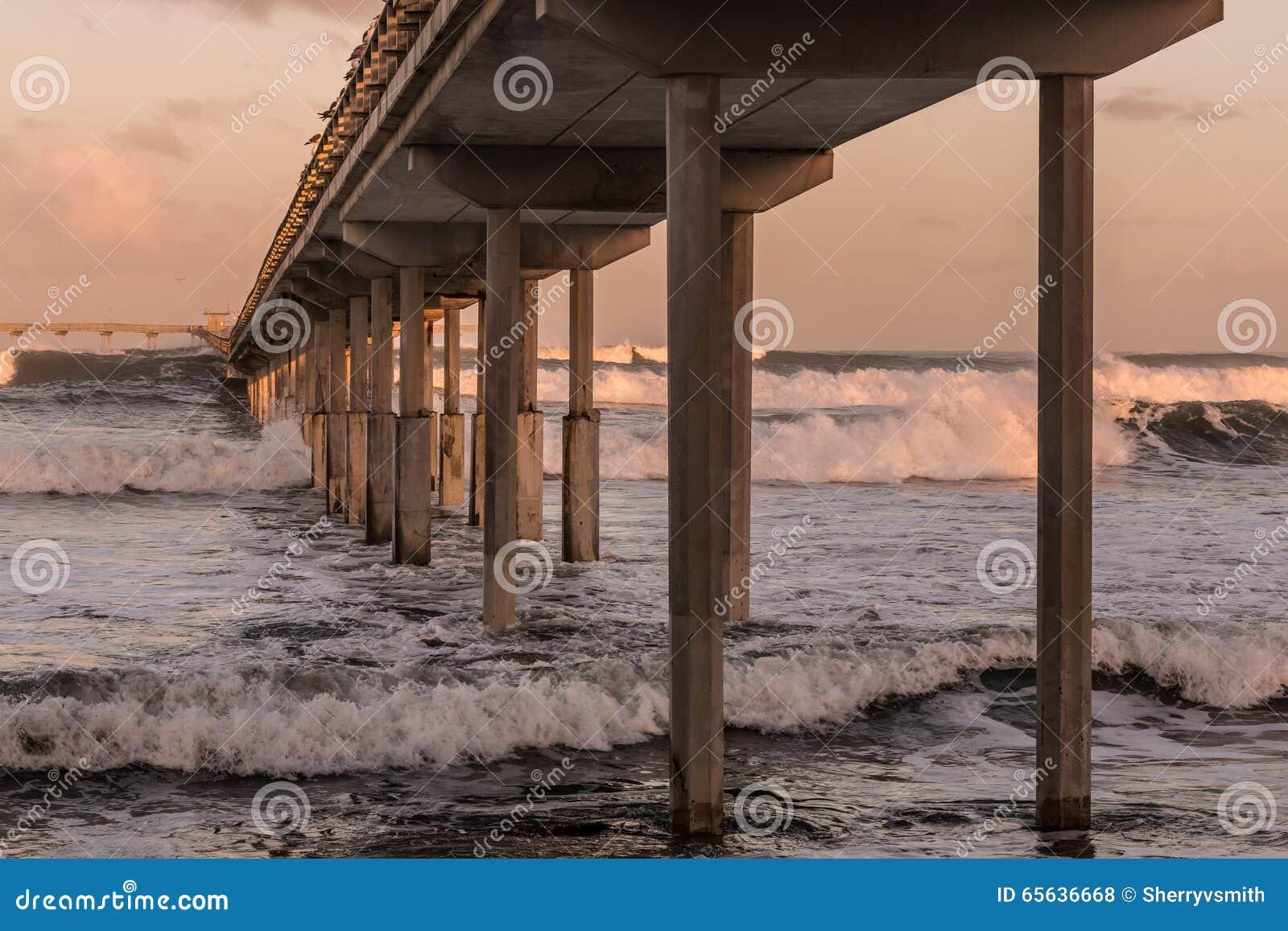 Au-dessous du pilier de pêche de plage d océan