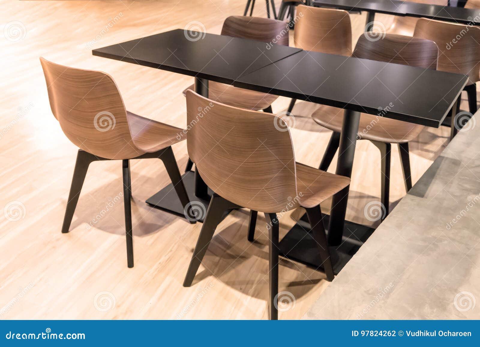Au-dessus De La Vue De La Table Noire Avec Quatre Chaises En ...