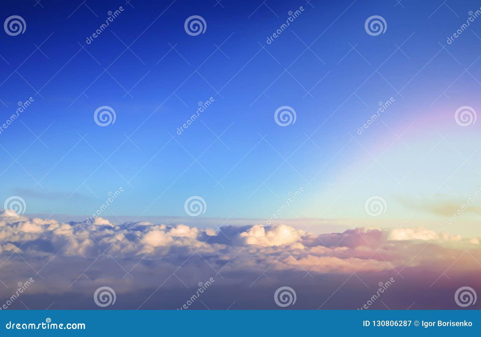 Au-dessus de la vue lumineuse de paysage de cumulus de la fenêtre d un avion