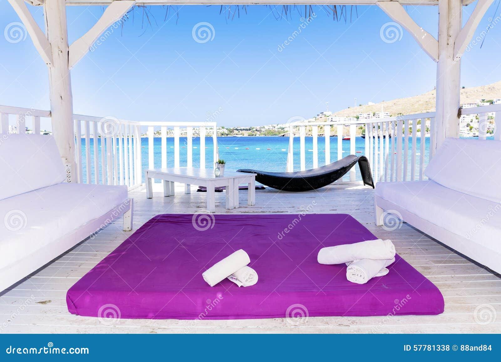 au dessus des pavillons en bois de l 39 eau avec la vue de lit et de mer de station thermale photo. Black Bedroom Furniture Sets. Home Design Ideas
