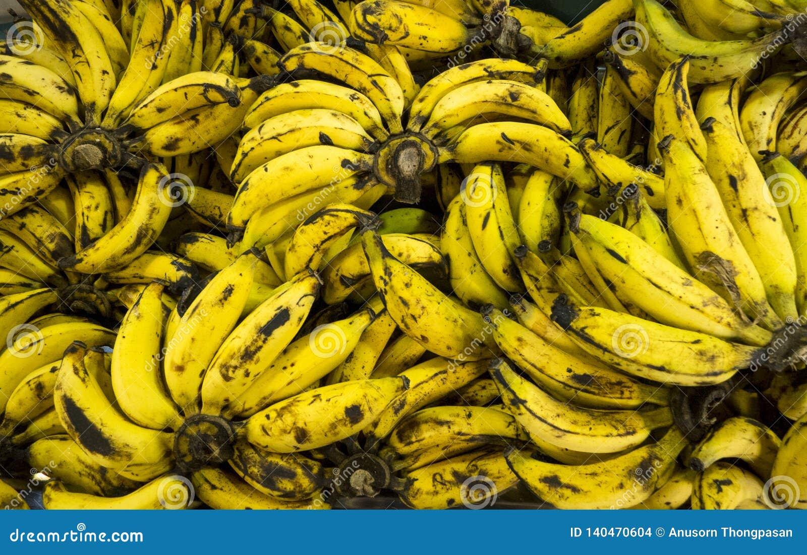 Au-dessus du fond mûr de bananes dans le marché, la vue supérieure et le defocus