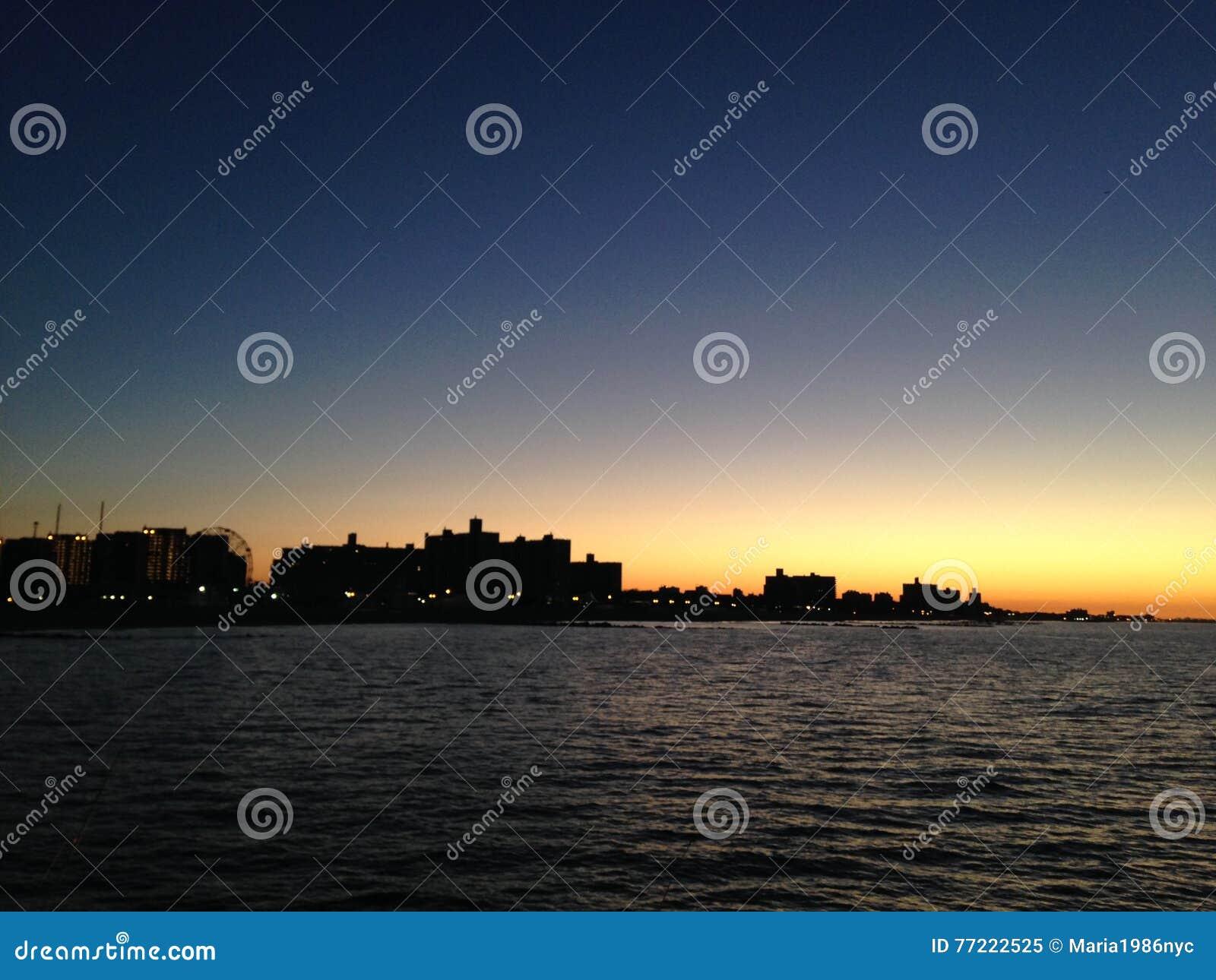 Aube au-dessus de Coney Island et de Brighton Beach