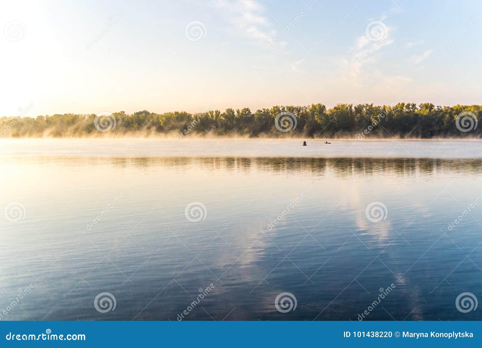 Aube brumeuse d automne au-dessus de la rivière