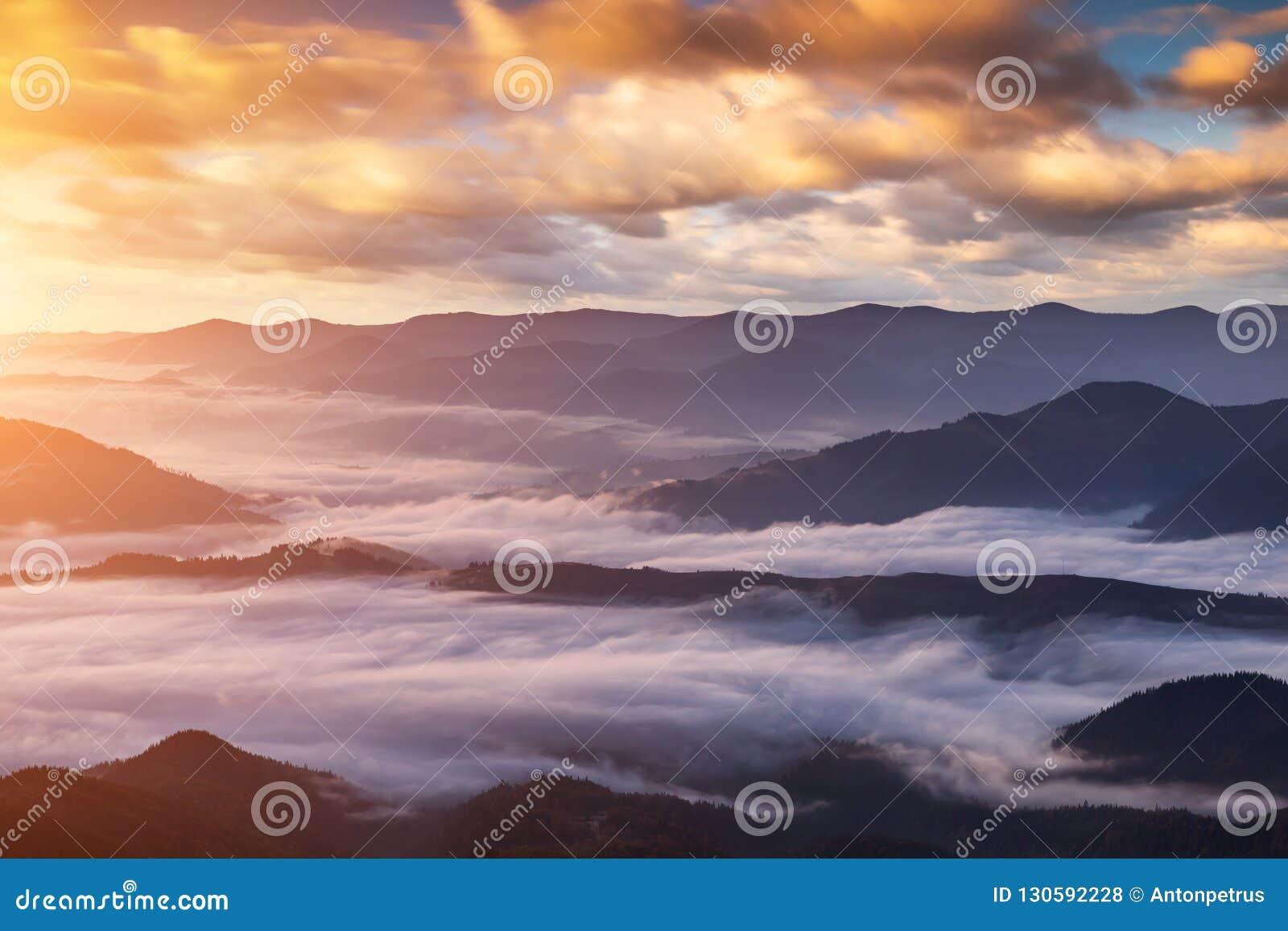 Aube brumeuse dans les montagnes Beau paysage