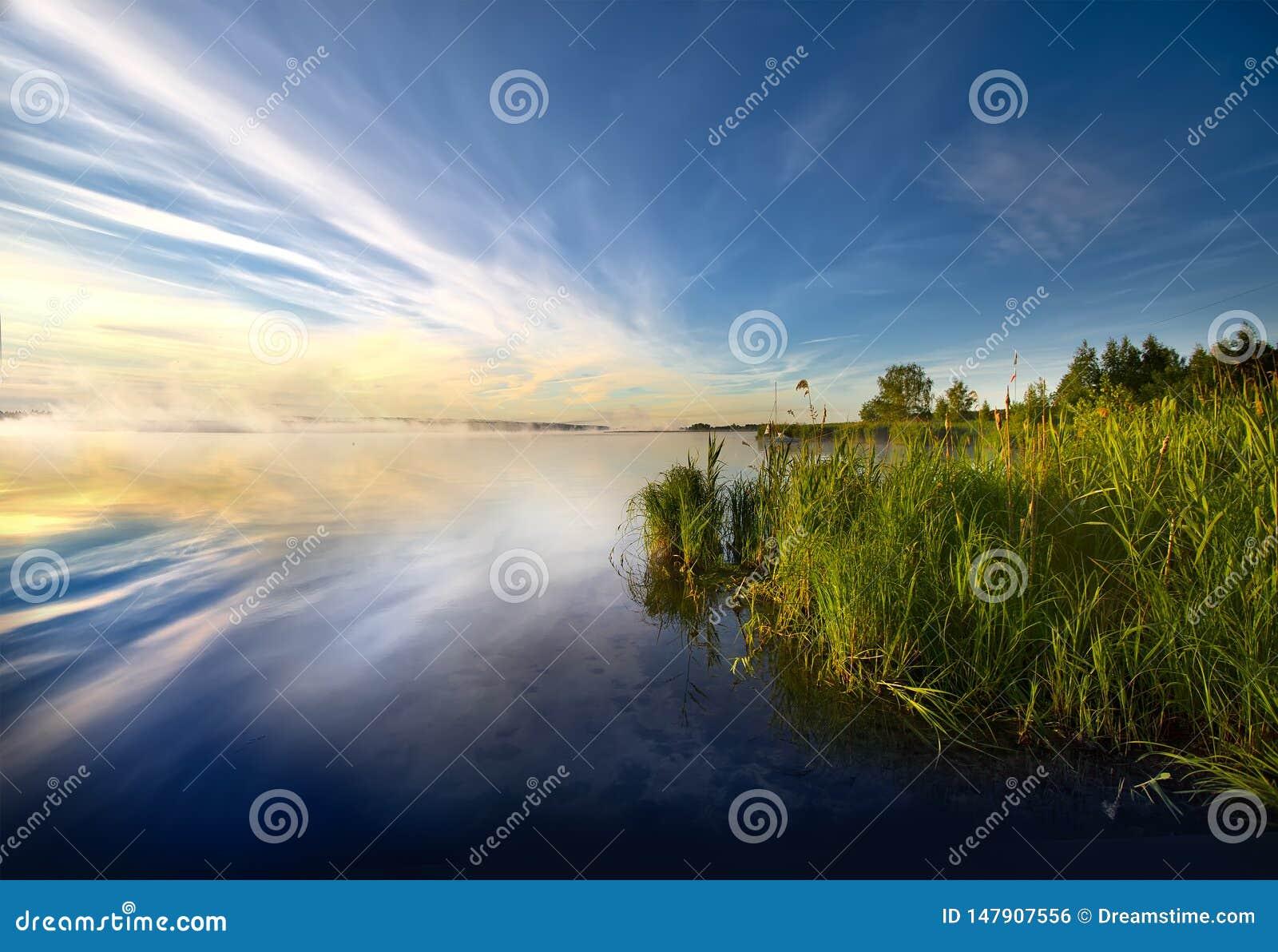 Aube sur le réservoir dans Desnogorsk, Russie