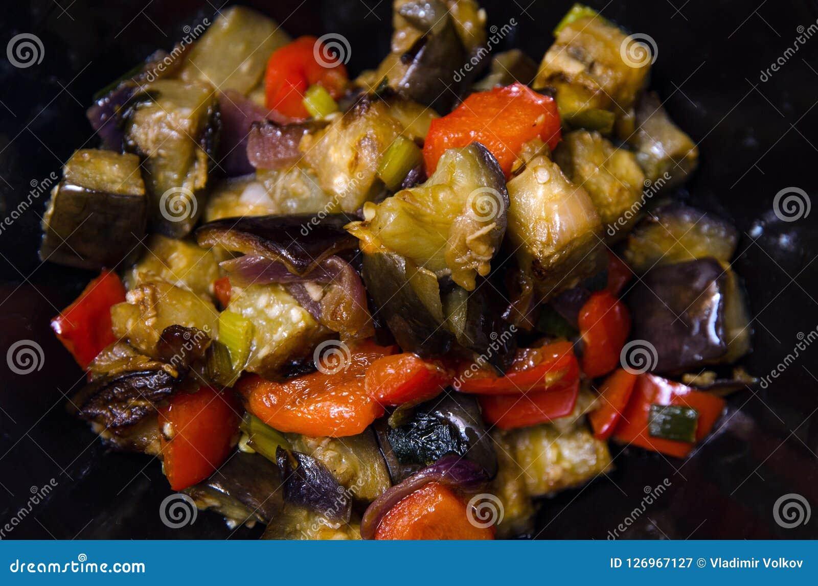 Aubergine och peppar med vitlök-, lök- och sojabönasause, kinesiskt recept