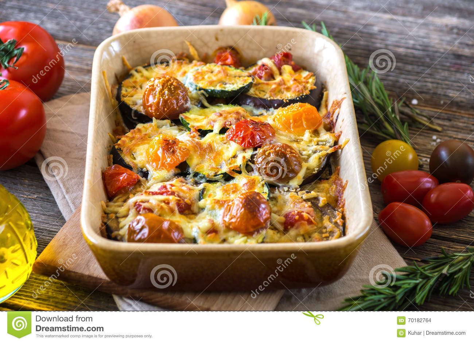 Aubergine, zucchini och tomat med mozzarellaen