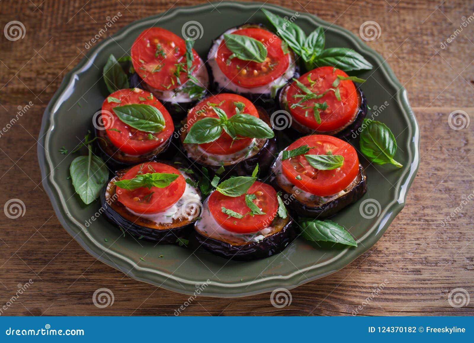 Aubergines с томатами и соусом Баклажаны зажаренные лотком Здоровая вегетарианская еда, закуска