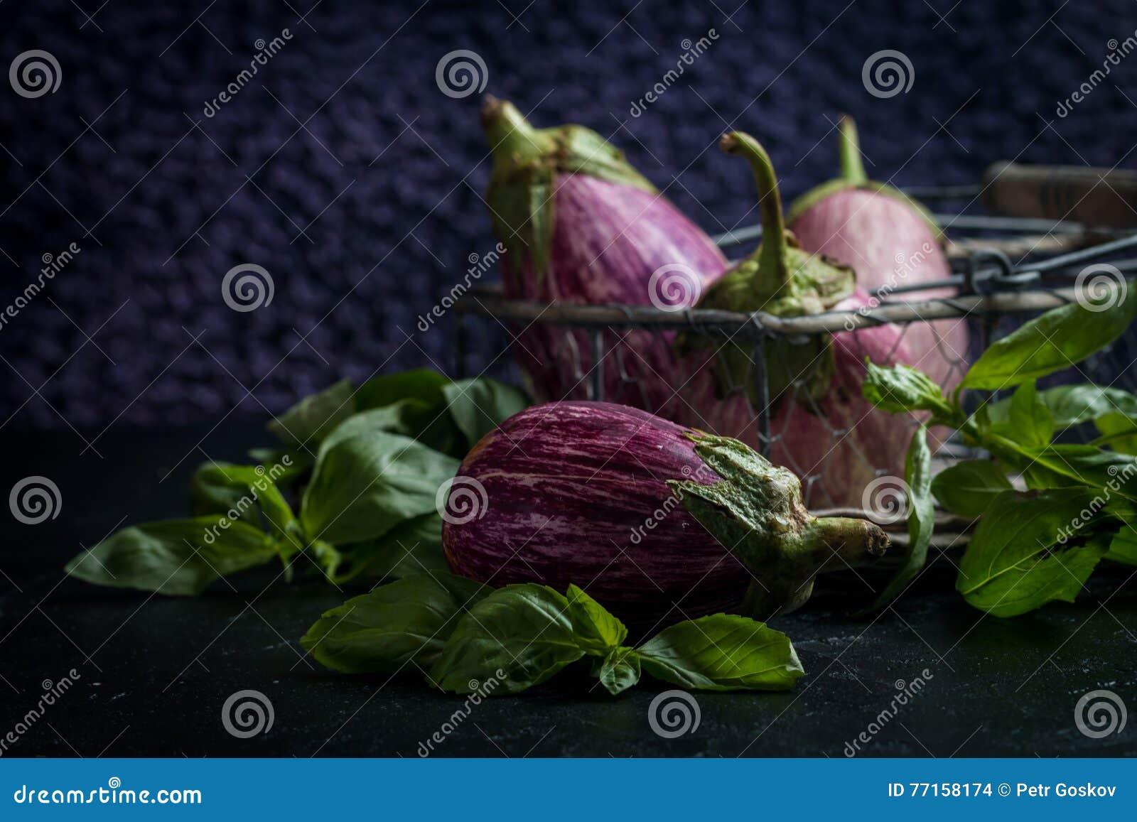Aubergines saines fraîches