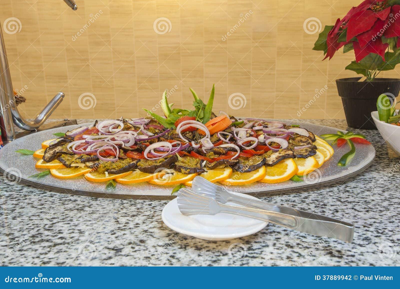 Auberginesalade bij een restaurantbuffet