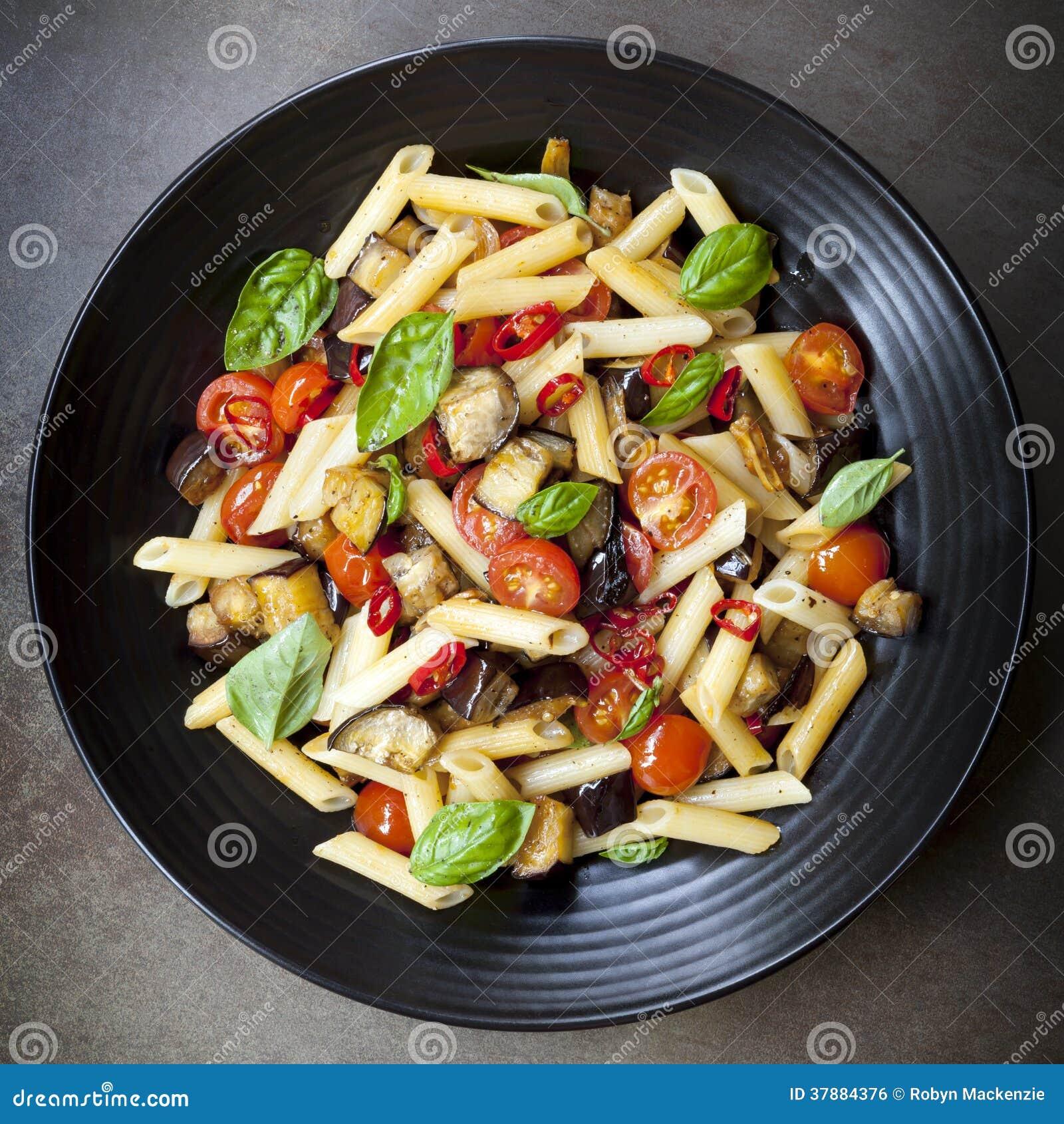 Auberginespaanse pepers en Tomatendeegwaren
