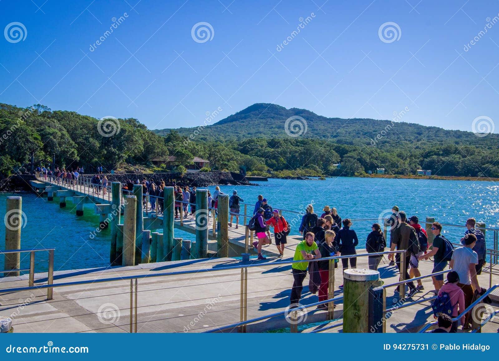 AUCKLAND, NEUES SEELAND 12. MAI 2017: Nicht identifizierte Menge von Leuten über einem Kai in Rangitoto-Insel, Hauraki-Golf, neu