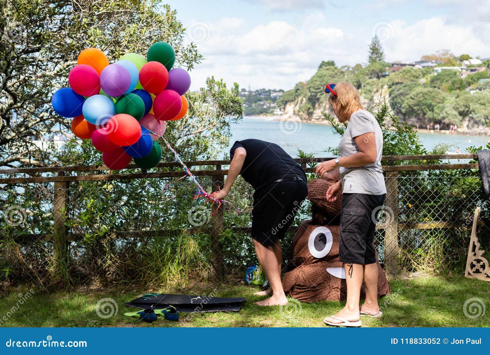 AUCKLAND, NEUSEELAND - 7. APRIL 2018: Zuschauer und Konkurrenten am Murrays-Bucht-Kai Birdman-Festival