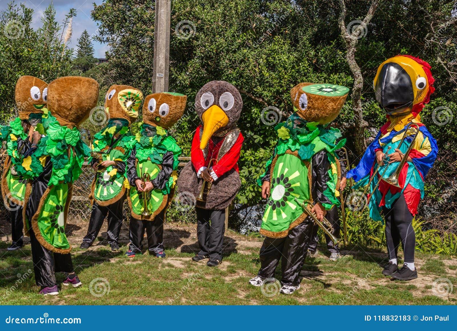 AUCKLAND, NUOVA ZELANDA - 7 APRILE 2018: Spettatori e concorrenti al festival di Birdman del molo della baia di Murrays