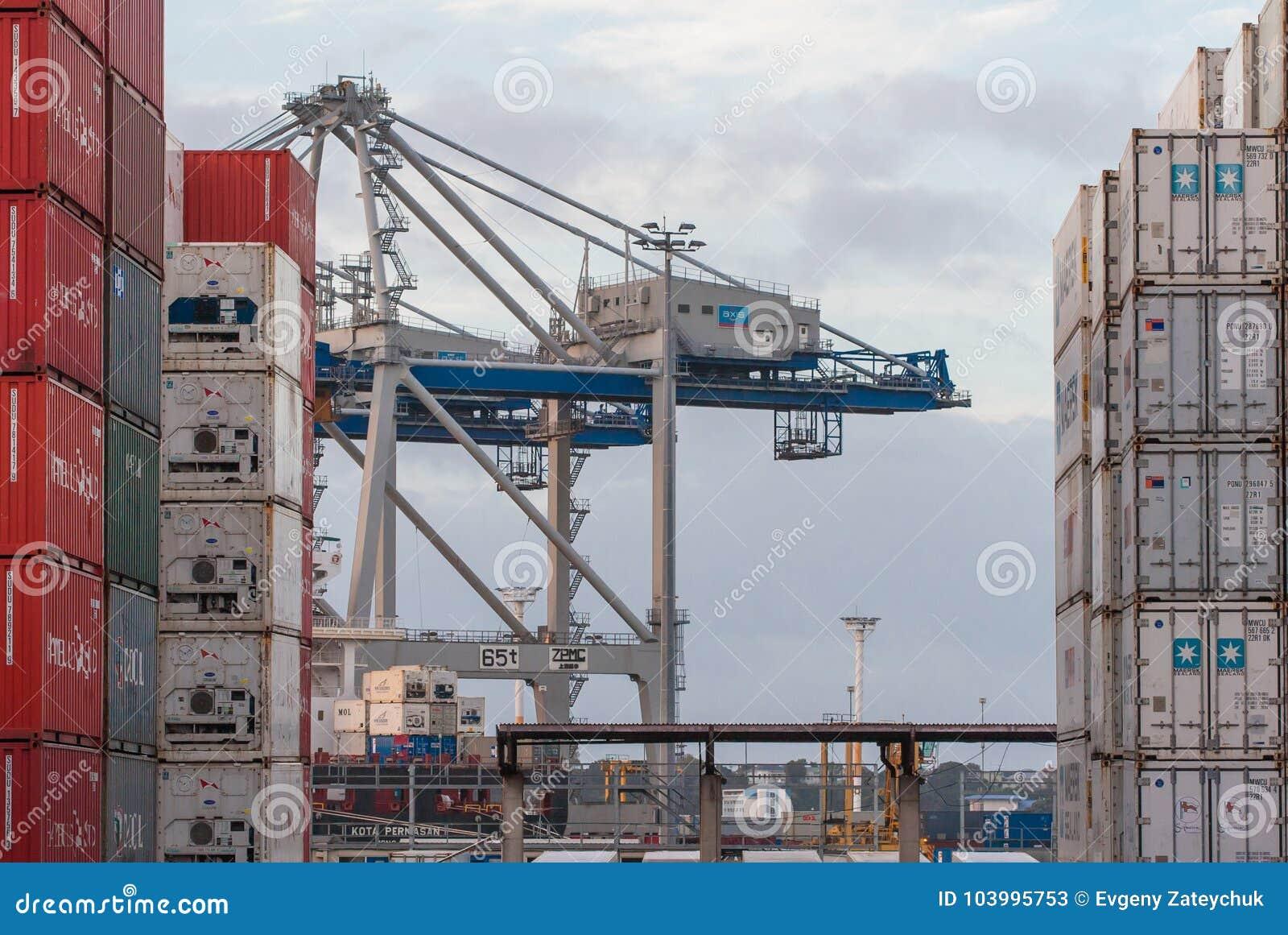 AUCKLAND NYA ZEELAND - APRIL 2, 2012: Kranar och bunt av behållare på Auckland port
