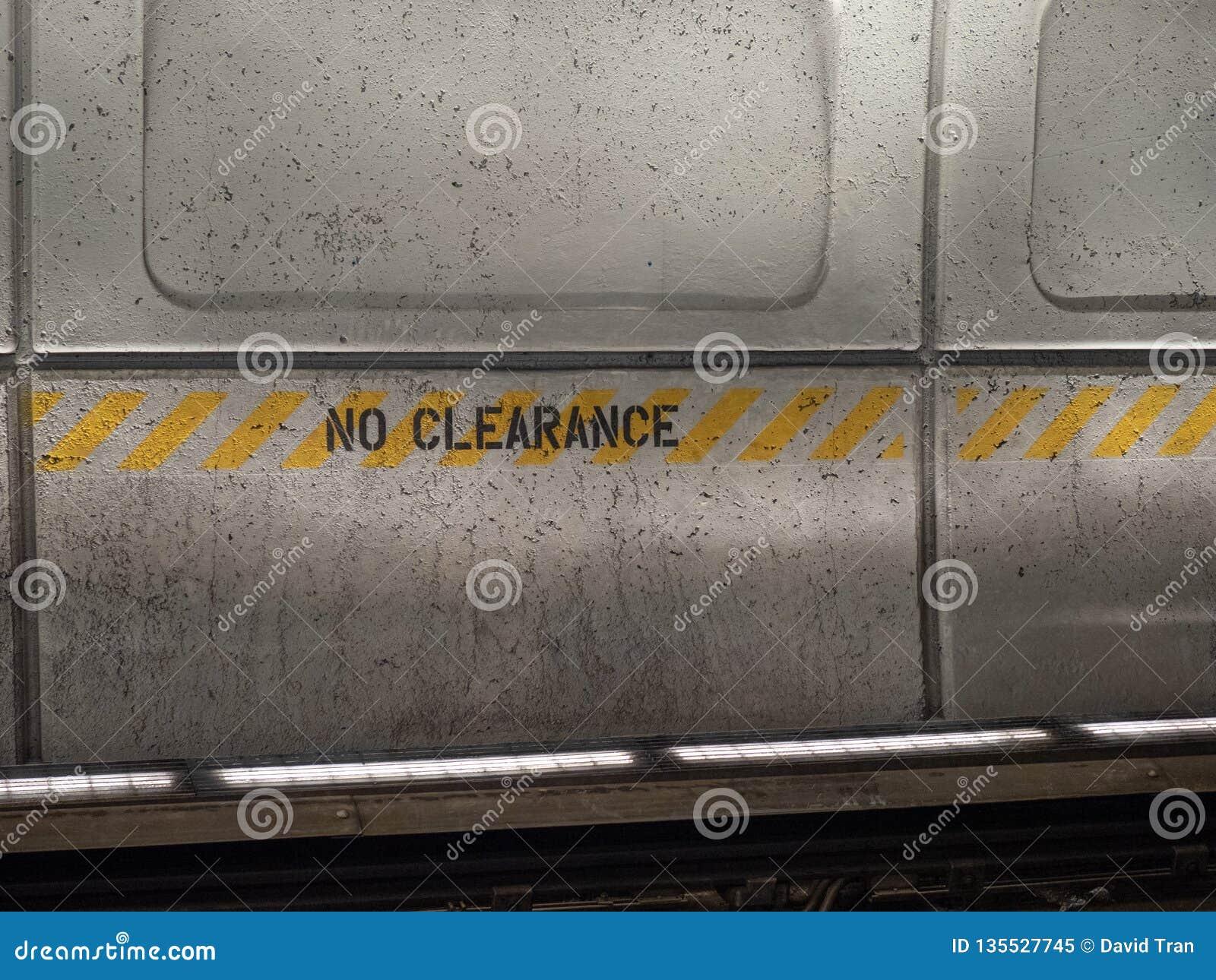 Aucun signe de dégagement n a peint sur un mur en béton dans la station de métro