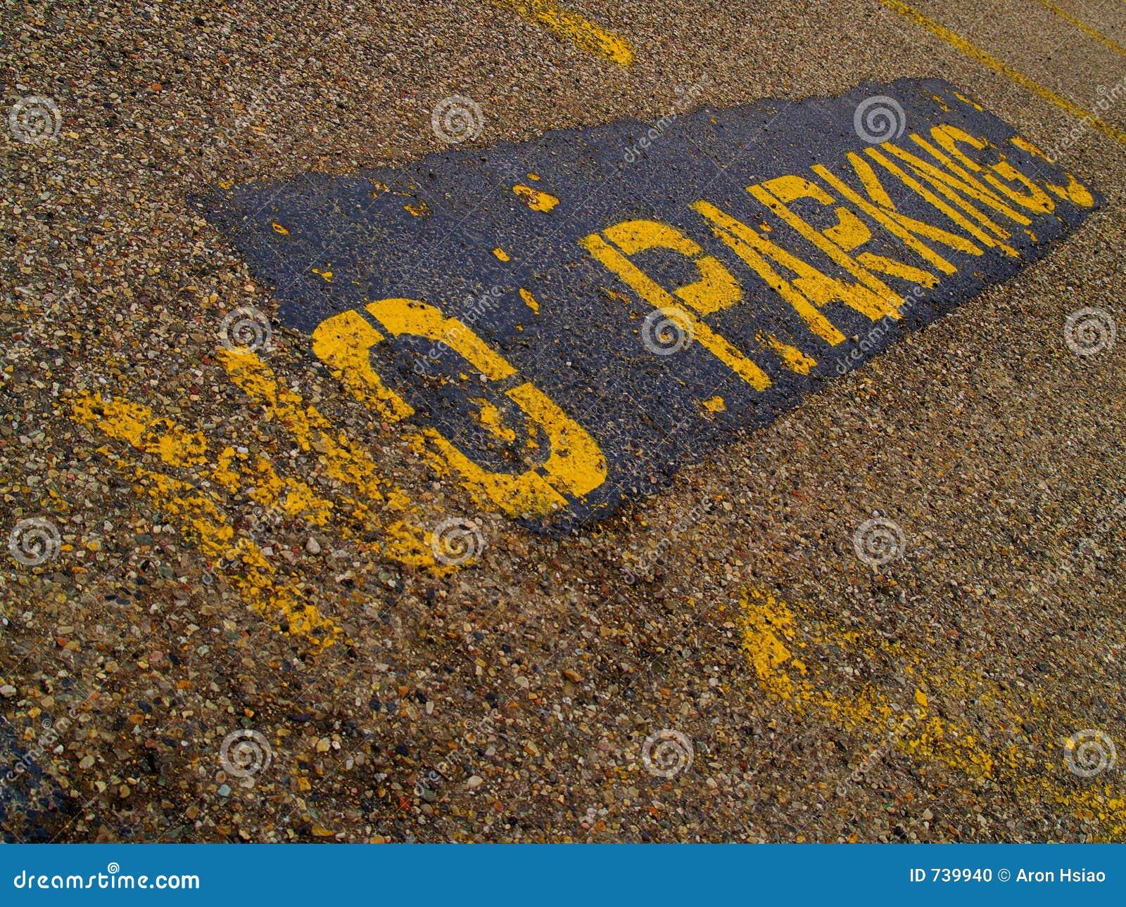 AUCUN signe de STATIONNEMENT peint en jaune sur le trottoir