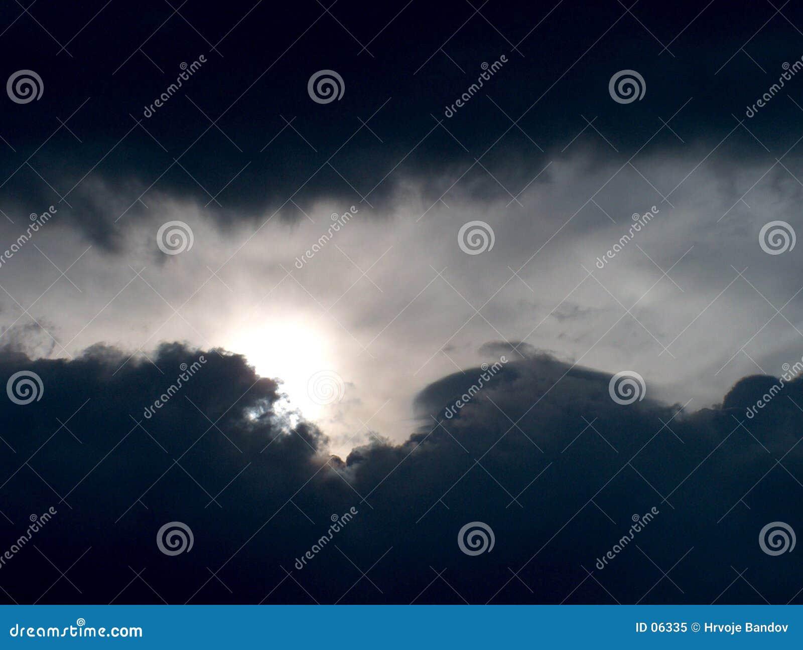 Aucuns nuages ensoleillés