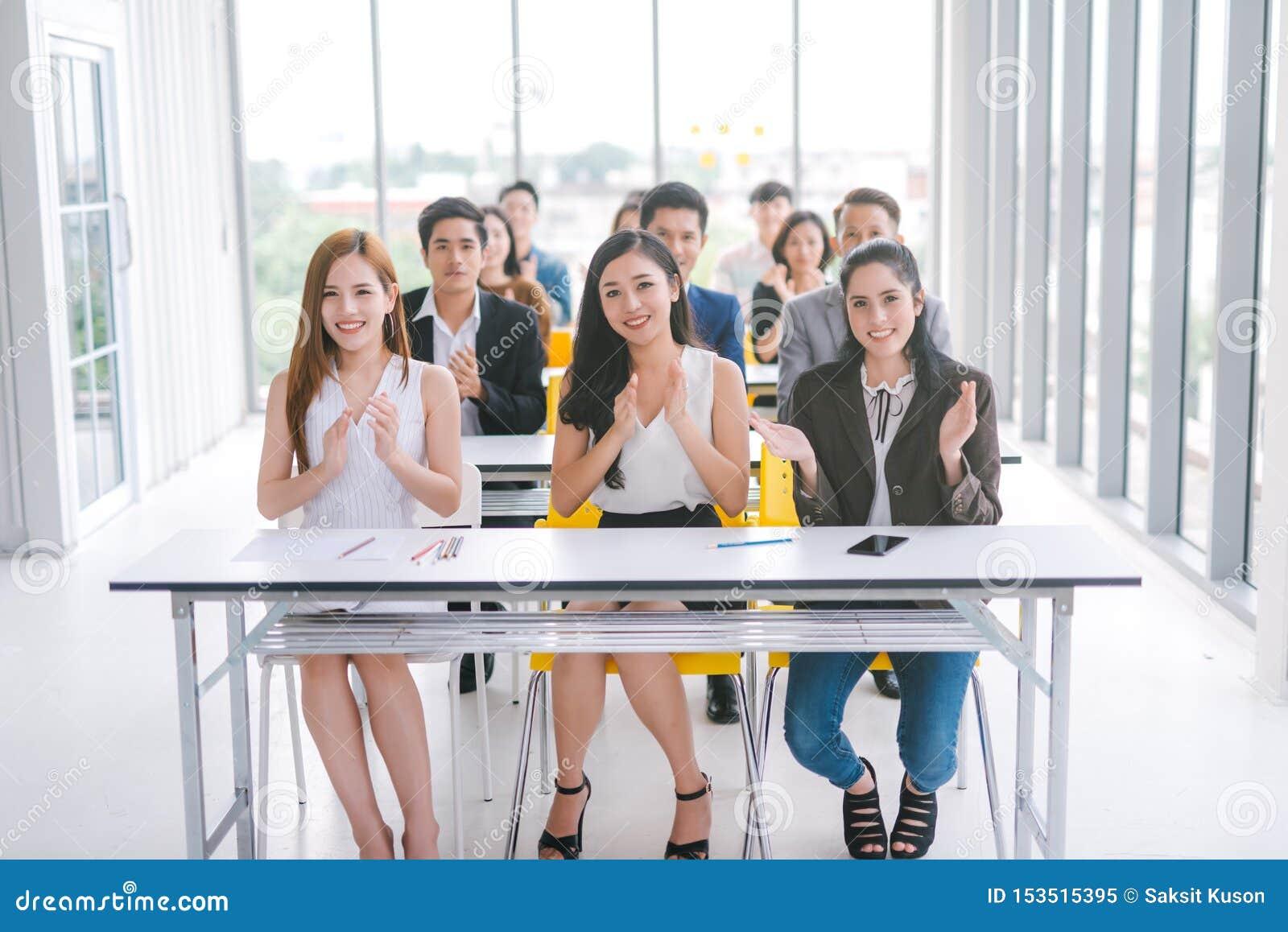 Audiência do conferente nas mãos de aplauso da sala de reunião da sala de conferências