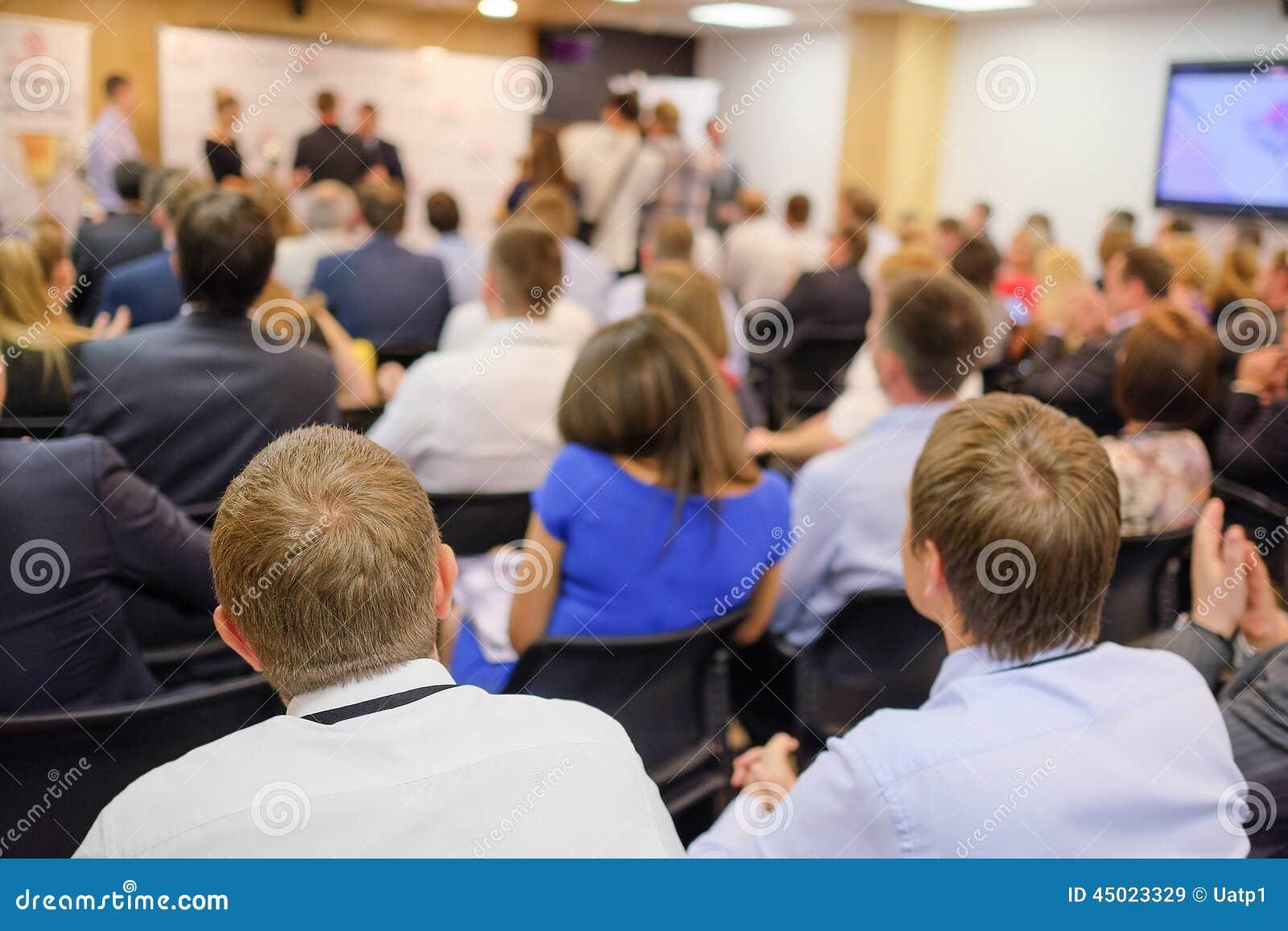 A audiência escuta a atuação