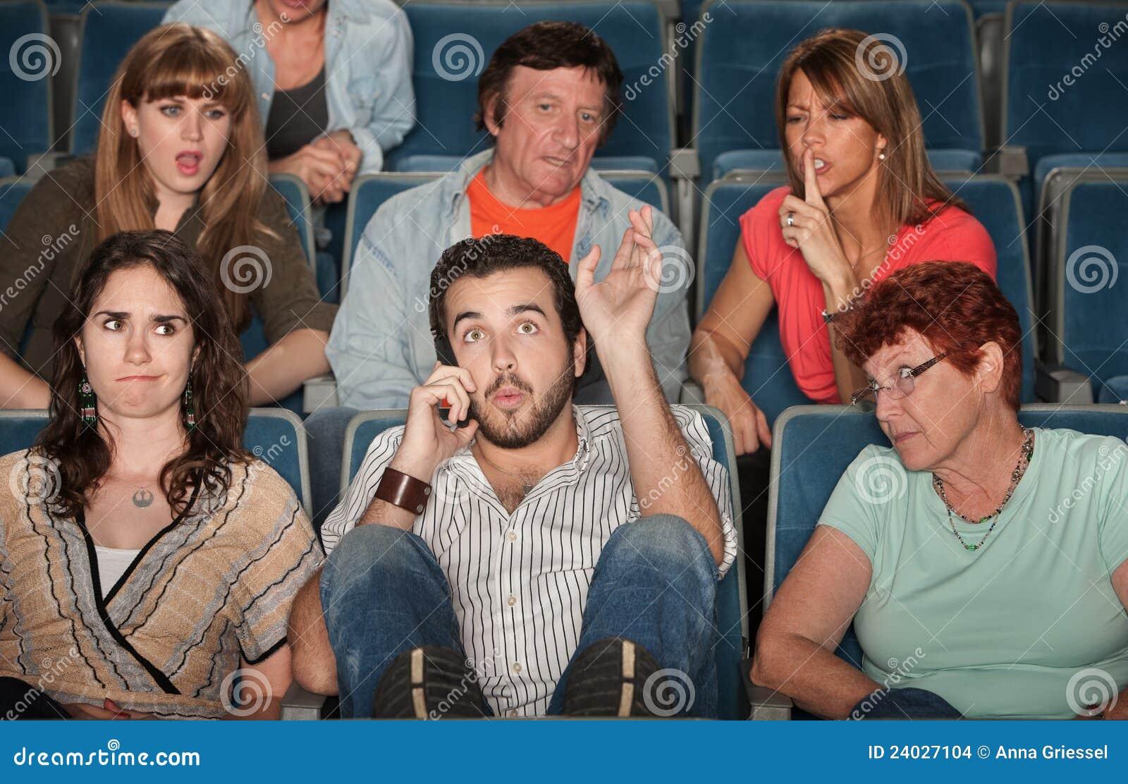 Audiência irritada com o homem no telefone