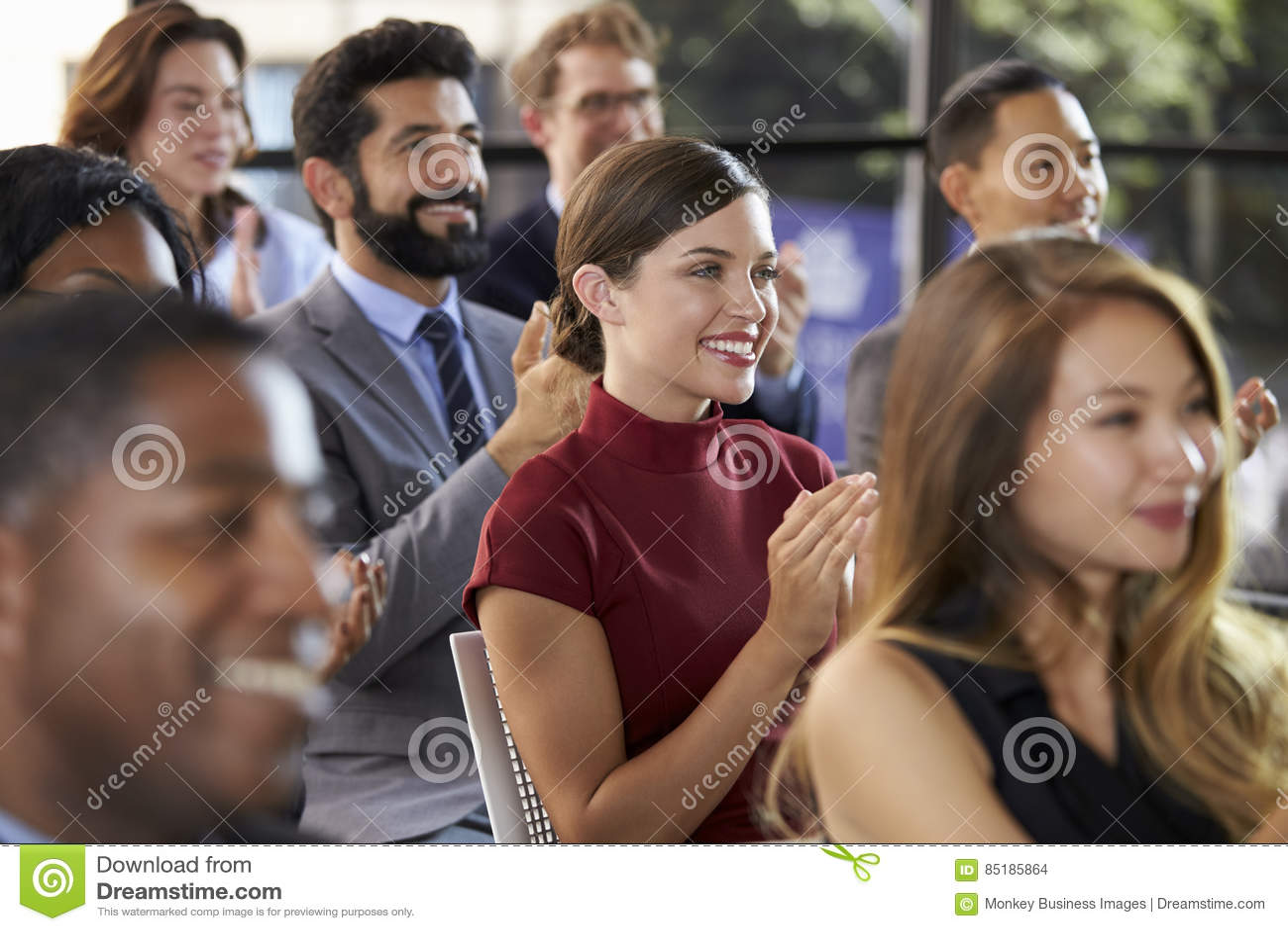 Audiência que aplaude em um seminário do negócio, fim acima