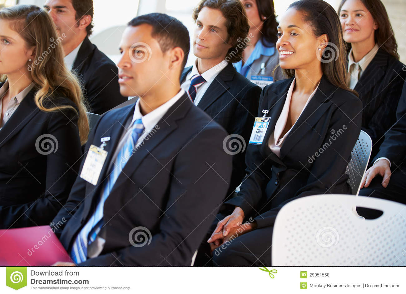 Audiência que escuta a apresentação na conferência