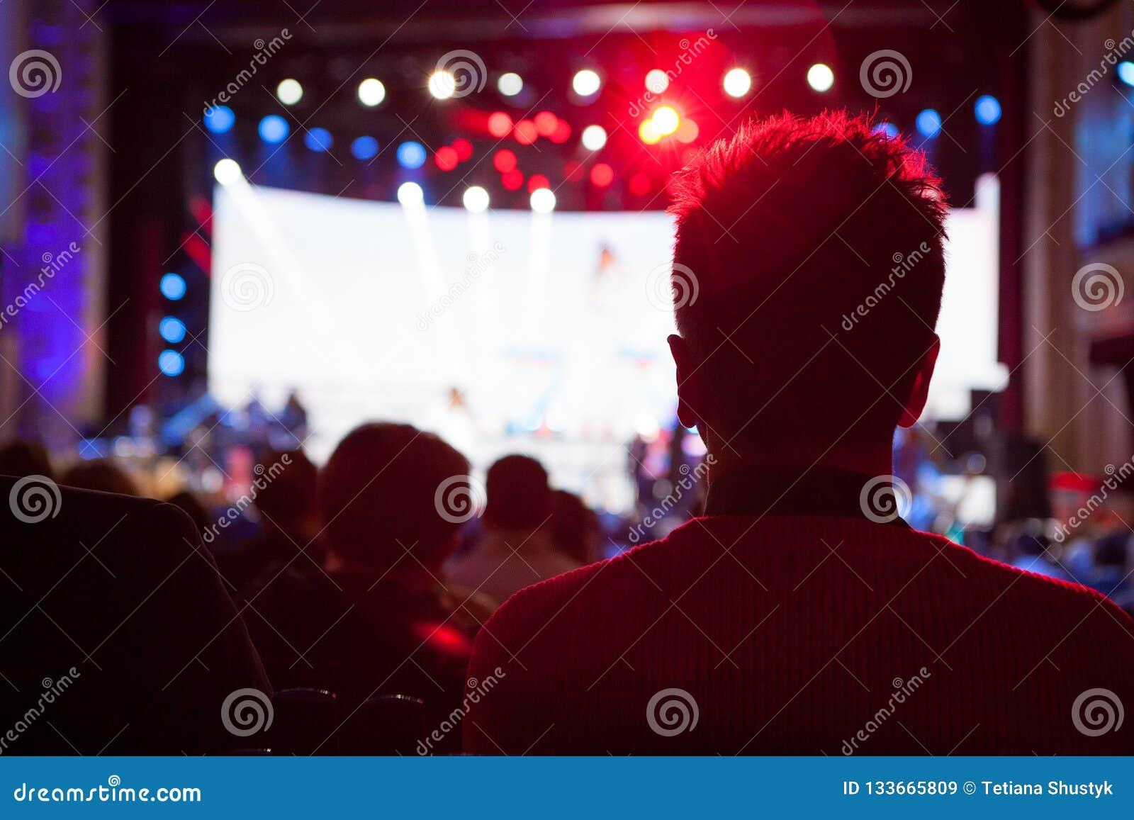 A audiência que olha o concerto na fase