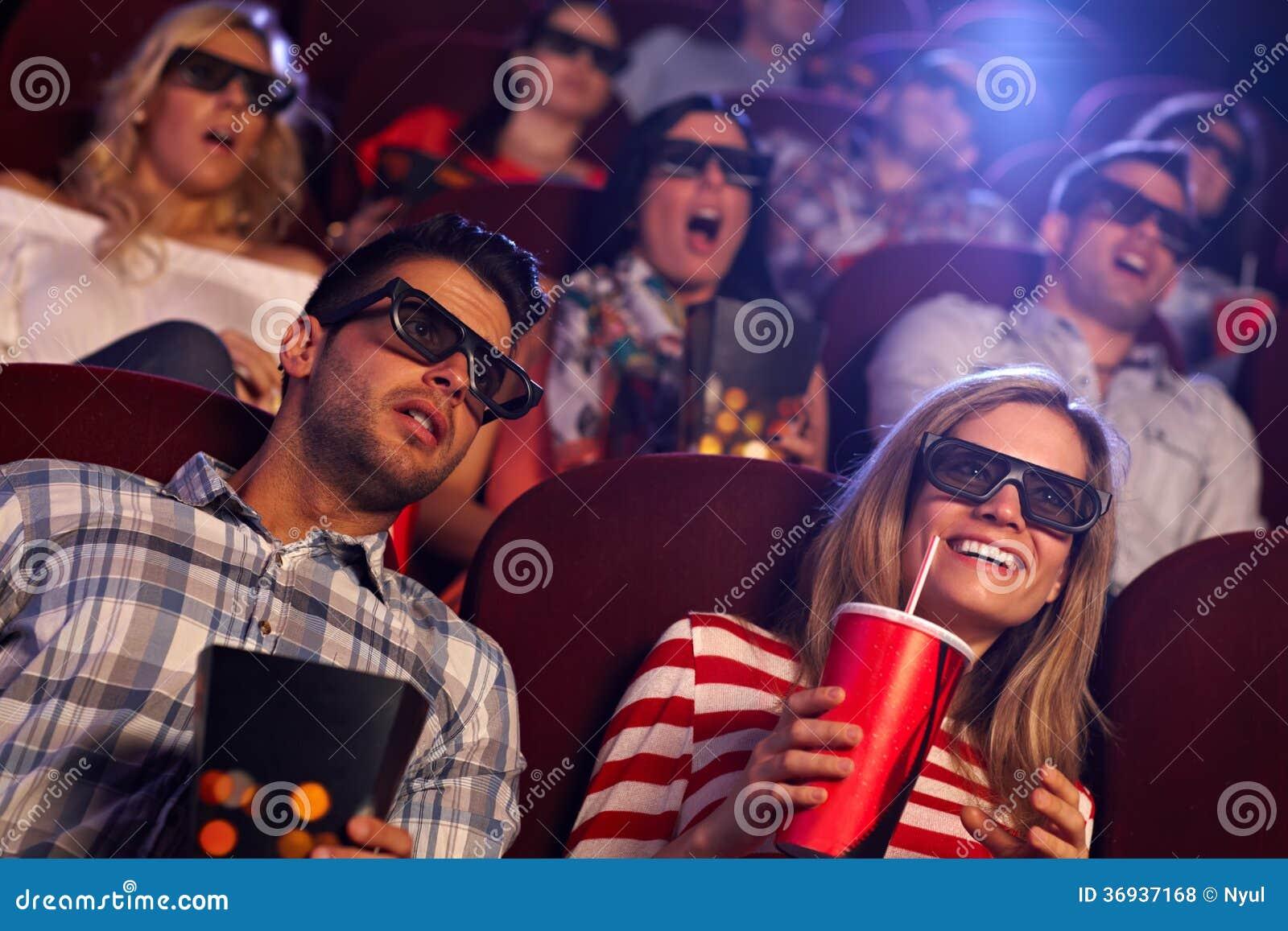 Audiência que olha o filme 3D no cinema
