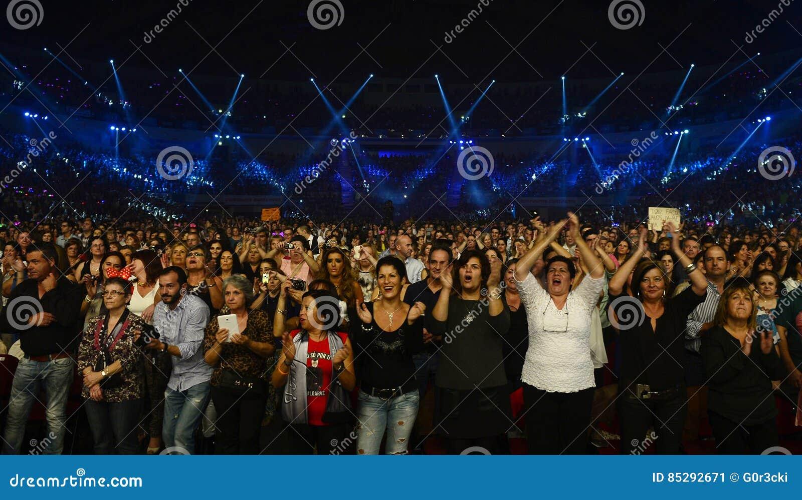 Audiência superior entusiástica, fãs do concerto da música